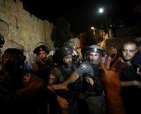 İşgalci İsrailin polisleri namaz kılan Müslümanlara saldırdı