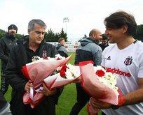 Öğretmen Şenol Güneş'e çiçek jesti yaptılar