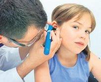 Kulak enfeksiyonu geriletiyor çocuğu