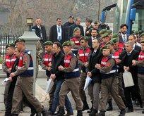 'Kırmızı tişörtlü bir sivil, oteli gösterdi'