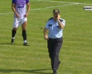 Güvenlik görevlisi maçı unuttu, sahaya girdi!