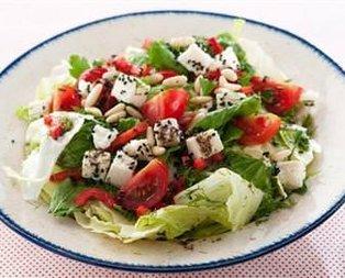 Baharat Soslu Peynirli Salata Tarifi