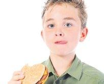 Yediği hamburger dişlerini döker