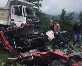 Kum yüklü kamyon, otomobili ezdi