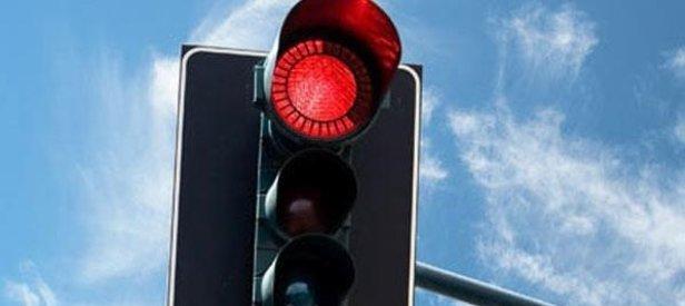 Kırmızıda geçenin ehliyeti alınacak